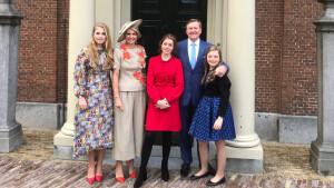 Koning Willem-Alexander met gezin op weg naar Amersfoort